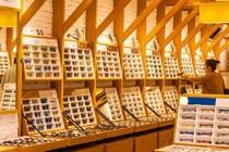 眼镜店的秘密:为何眼镜店平时一个顾客都没有却不会倒闭,到底是怎么赚钱的