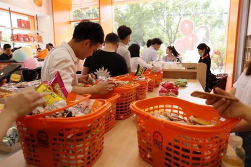 一家零食店如何吸引到更多的客流量?