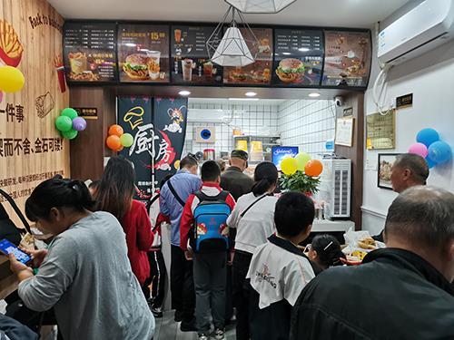 认可快乐星汉堡专业完善的服务,凌先生果断选择汉堡店加盟!