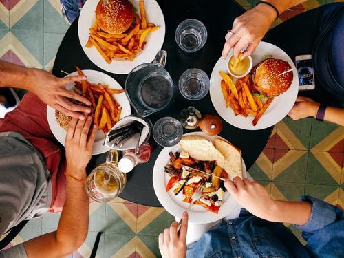 对于新手创业来说,在餐饮行业想赢得市场,加盟品牌是更好的选择